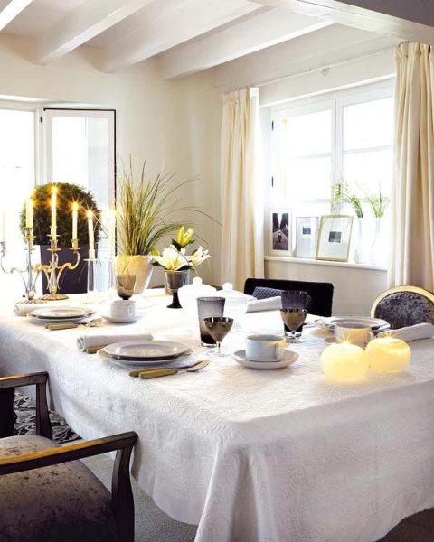 How to decorate dining room tables interior design for Decorate a small dining room