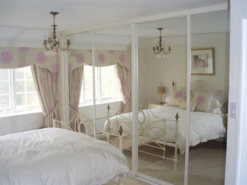 Types of Mirrored furniture for your bedroom