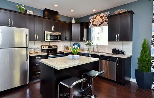 Decorate your kitchen with dark kitchen cabinets for Kitchen paint colors with dark wood cabinets