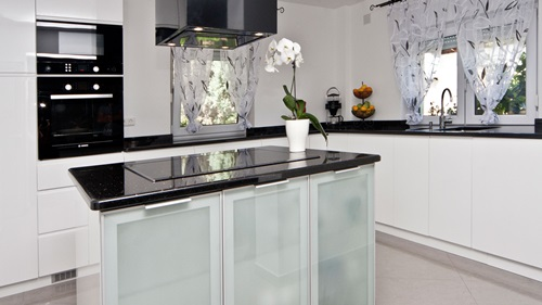 Elegant Black and White Worktops for Elegant Kitchens