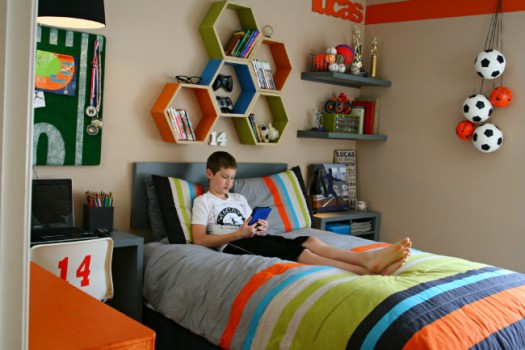 decorate a small kid's room