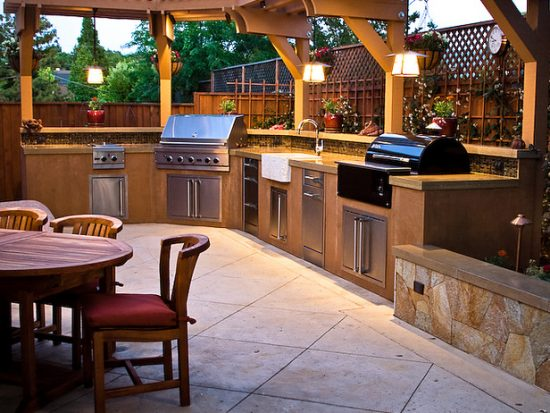 Enjoy the time with your friends by creating a modern outdoor kitchen