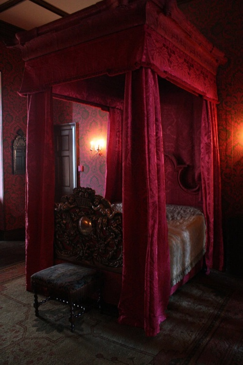 Gothic-Up Your Bedroom with Few Simple Steps